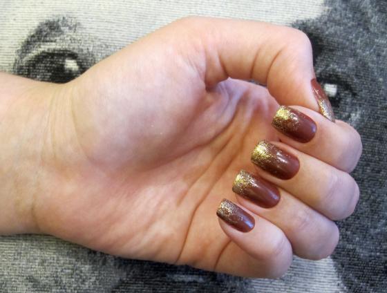 unhas-de-segunda-unhas-diferentes-e-nail-art-esmalte-couro-marrom-colorama-jaqueta-efeito-cheguei-glitter-ombre-dourado-marrom