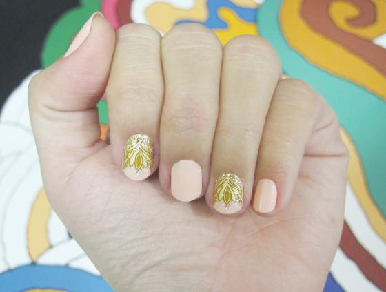 unhas-de-segunda-unhas-diferentes-e-nail-art-unhas-decoradas-adesivo-marchesa-crown-jewels-esmalte-peach-forever21