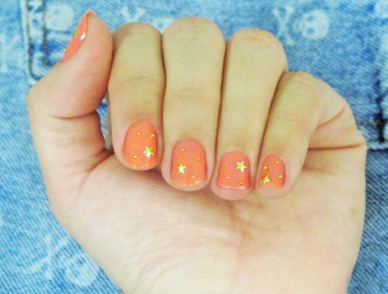 unhas-de-segunda-unhas-diferentes-nail-art-unhas-decoradas-estrelas-studs-pedrinhas-bolinha-metal-unhas-esmalte-isis-valverde-flora