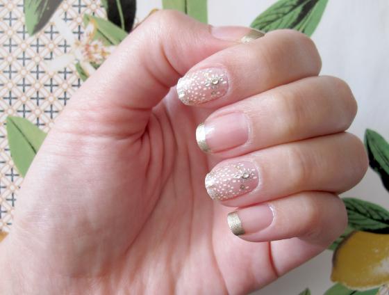 unhas-de-segunda-unhas-decoradas-e-nail-art-adesivos-marchesa-nail-art-transparencia-inglesinha-dourada-gold-coin-revlon