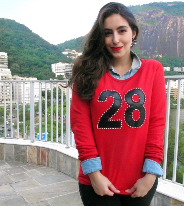 look-do-dia-gatabakana-moletom-e-calca-cropped-bordado-numero-camisa-jeans-scarpin-cromado-3