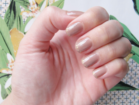 unhas-de-segunda-unhas-decoradas-unhas-diferentes-nail-art-esmalte-panvel-nude-chic-lady-like-risque-metals-gold-james-gold