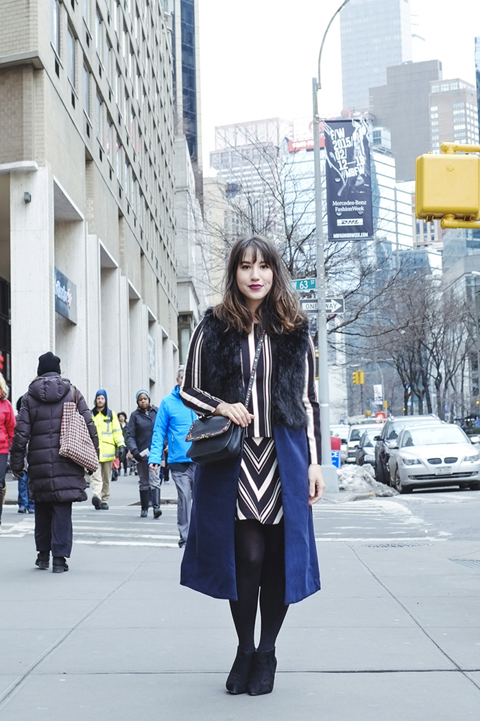 look-do-dia-mandy-blog-starving-nyfw-mbfw-new-york-fall-winter-2015-lincon-center-vest-fur-fake-miu-miu-stripes-zara-boots-coach-outfit-navy-long-bob-hair-bangs-romwe