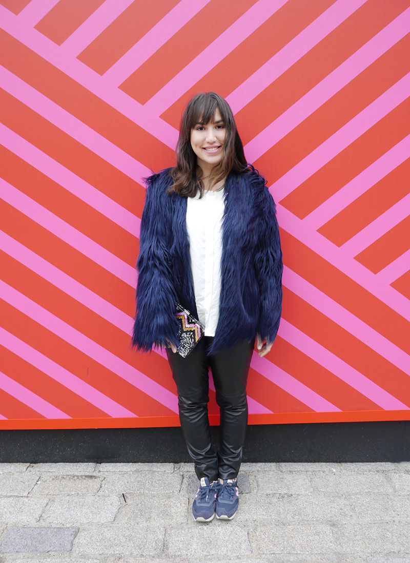 lfw-2015-street-style-somerset-house-faux-fur-jacket-clutch-acrilico-new-balance-zara-mandy-blog-starving-look-ootd-outfit-sneakers-tenis