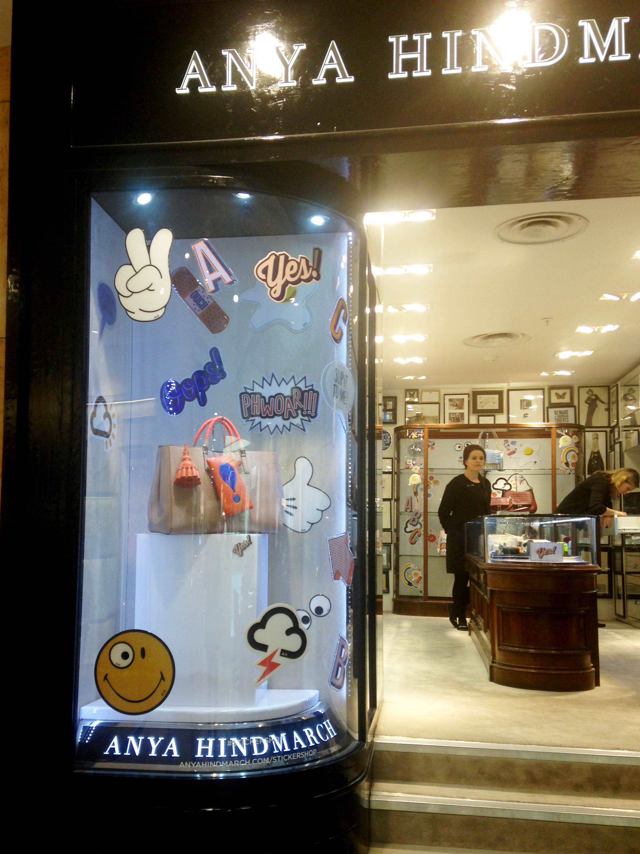 anya-hindmarch-leather-sticker-adesivo-couro-acessorio-street-style-lfw-nyfw-estilo-look-bolsa-bag-london-londres-loja-liberty
