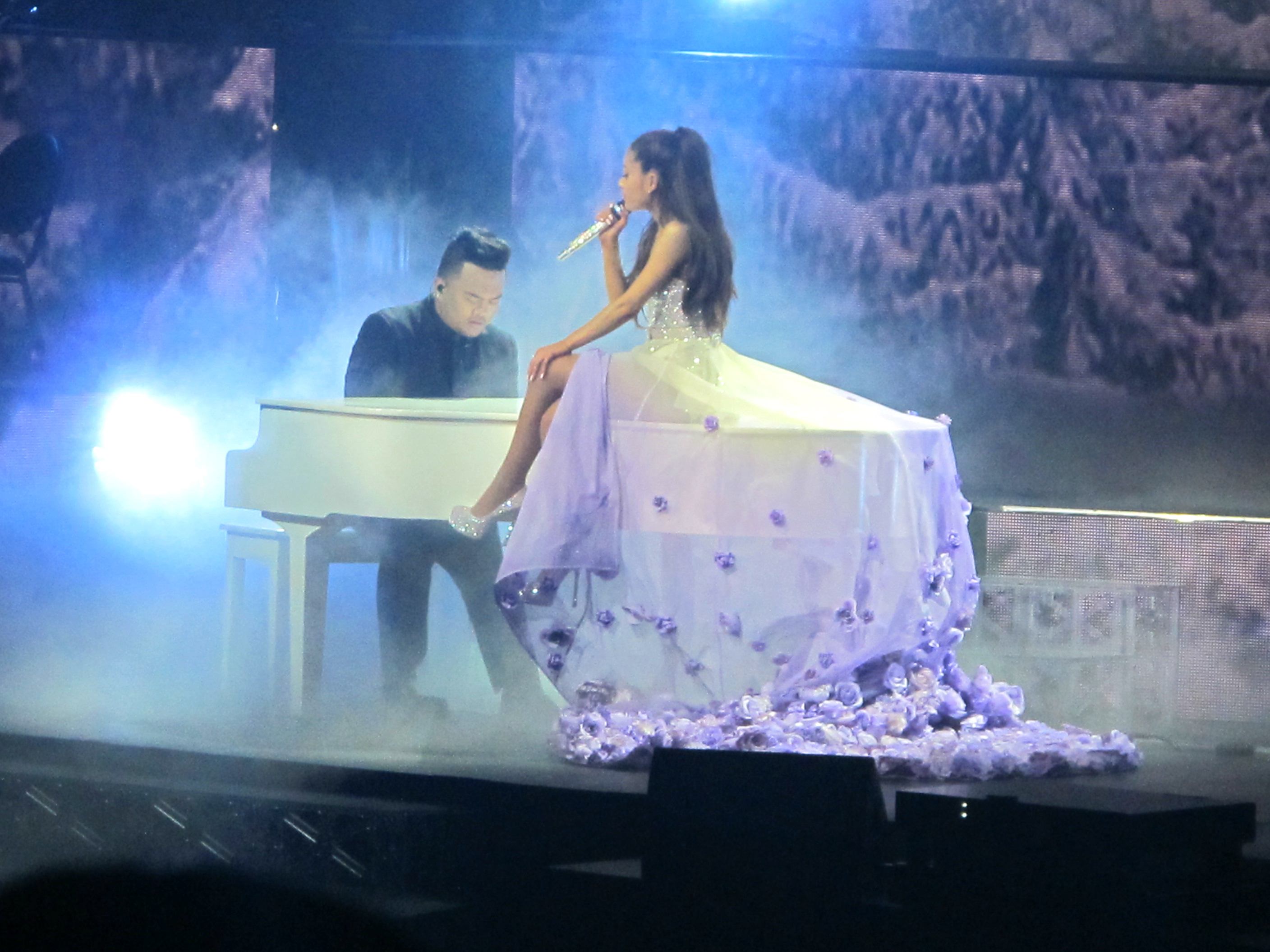show-ariana-grande-anaheim-california-honeymoon-tour-universal-music
