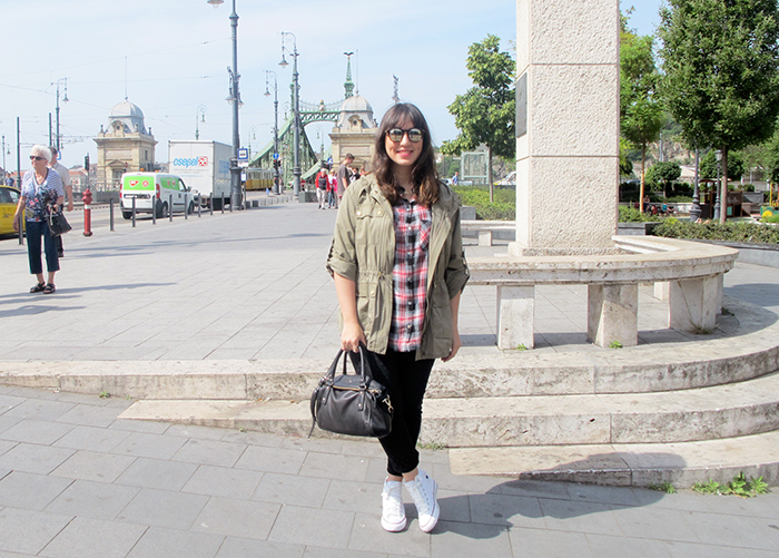 look-do-dia-blog-starving-mandy-viagem-budapeste-tenis-all-star-converse-de-salto-branco-farm-parka