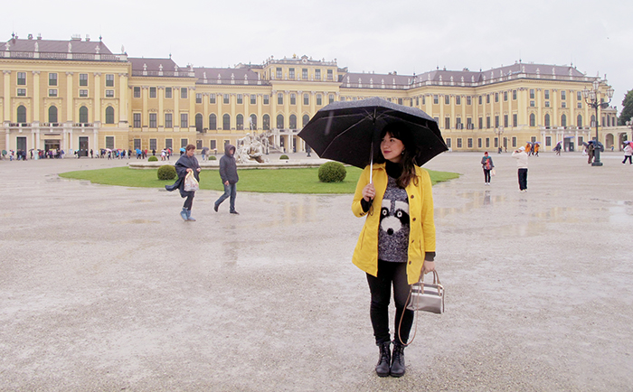 look-do-dia-mandy-blog-starving-europa-viena-wien-schonbrunn-palace-capa-amarela-banana-republic-sweater-divertido