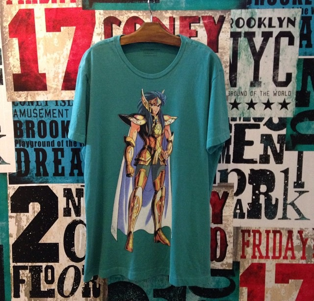 camiseta cavaleiros do zodiaco ellus second floor cavaleiros de ouro e bronze 2