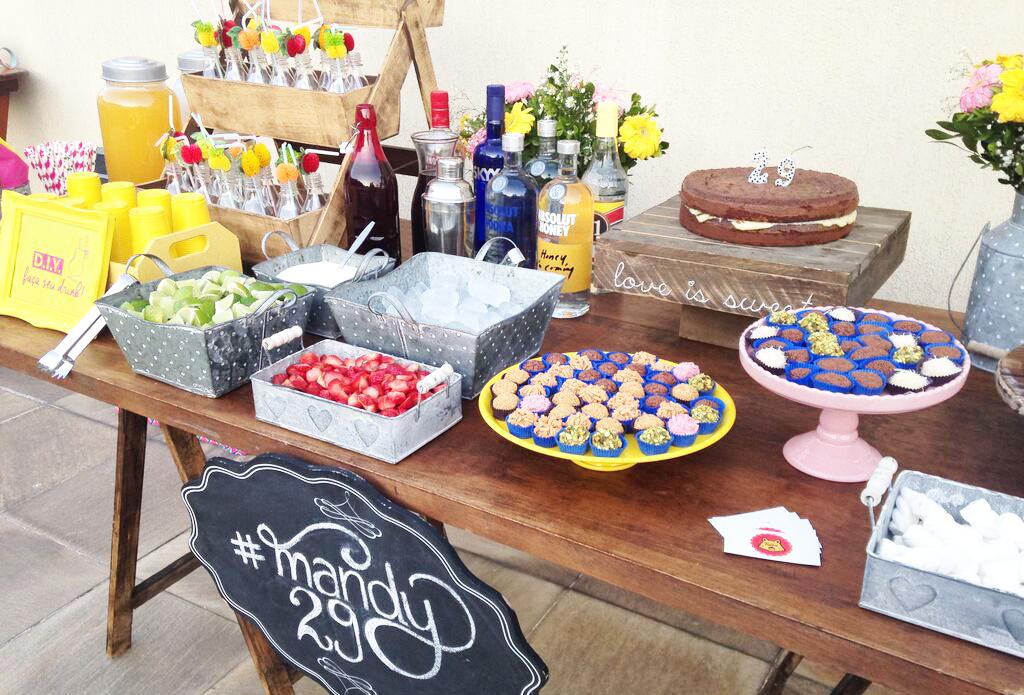 aniversario-festa-inspiracao-ideia-pinterest-bar-drink-bolo-brigadeiros-do-tuiter-batida-do-coraca-bolo-do-amor-canudo-diferente