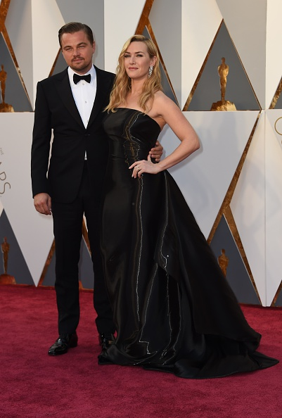 Actor Leonardo DiCaprio and actress Kate Winslet arrive on the red carpet for the 88th Oscars on February 28, 2016 in Hollywood, California. AFP PHOTO / VALERIE MACON / AFP / VALERIE MACON (Photo credit should read VALERIE MACON/AFP/Getty Images)