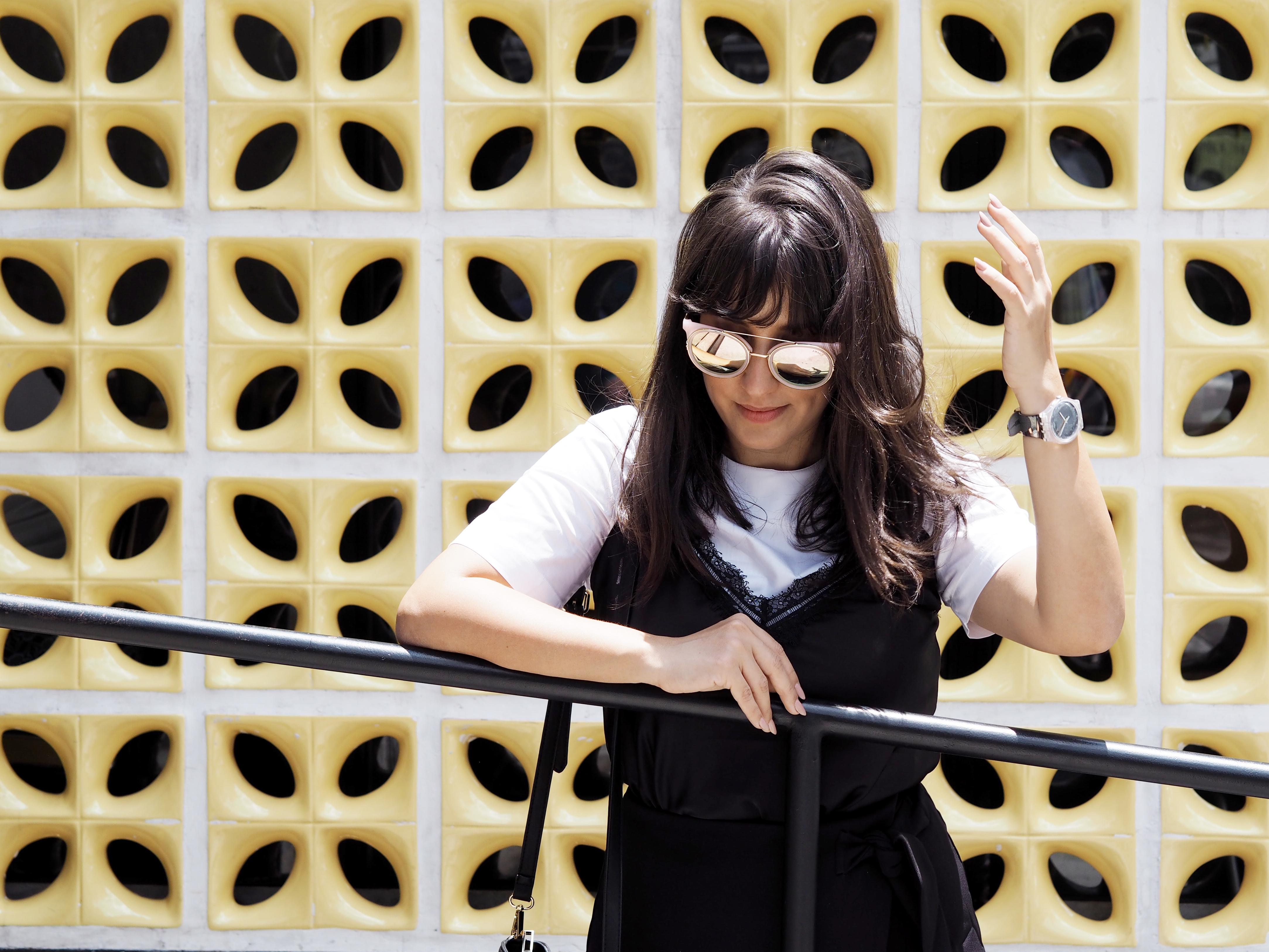 fc28ee721 camiseta branca   regata preta renda   saia (ADOREI o caimento!) bolsa    tênis   óculos