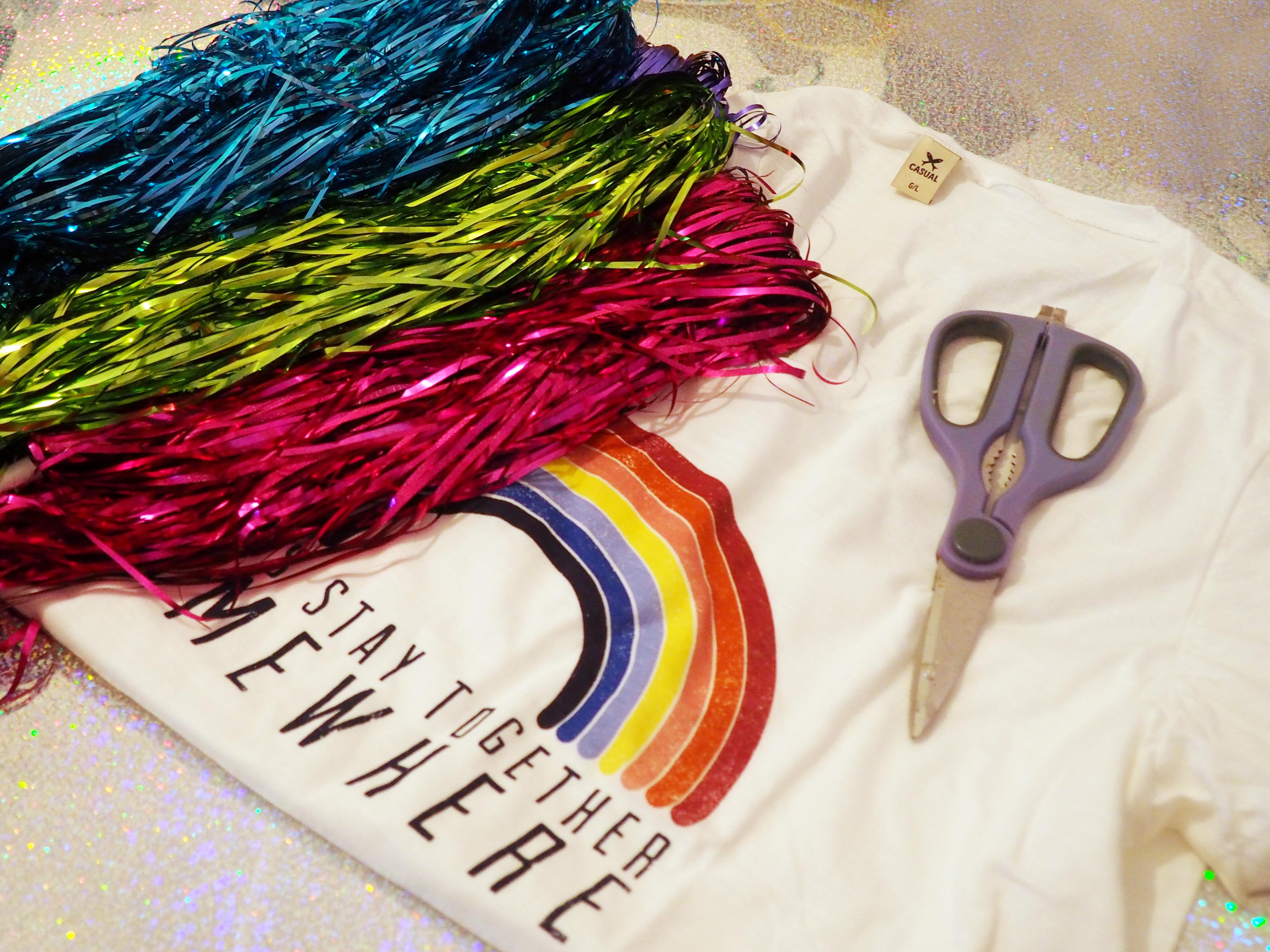 A fantasia de arco-íris vai ser a sensação deste carnaval! Pensando nisso 0f9e4194fde7b