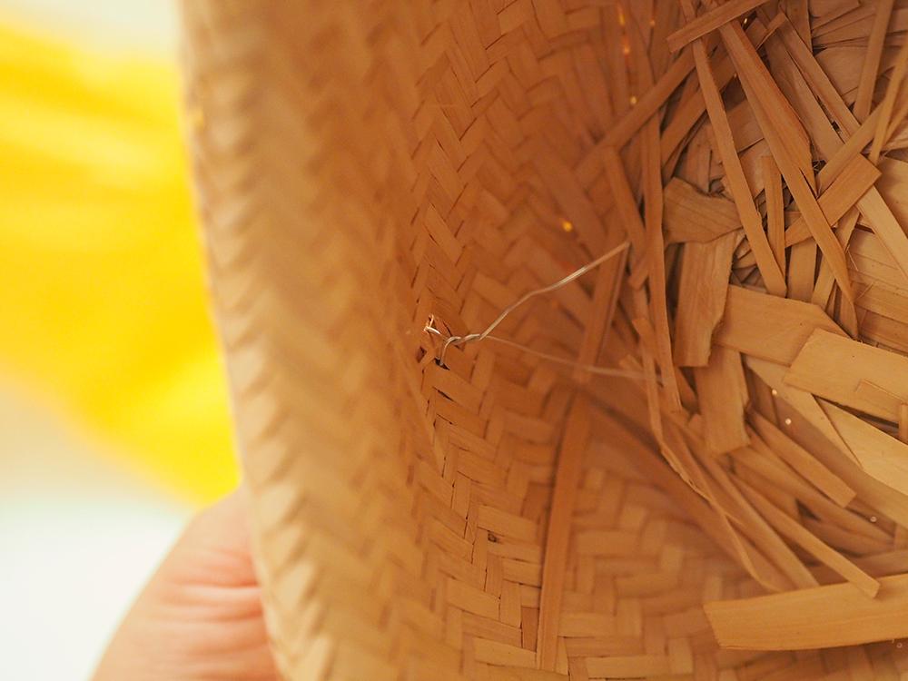 2edd176b0825a Comece dobrando as abas do chapéu na parte da frente e atrás. Eu achei  melhor prender com arame e com cola quente