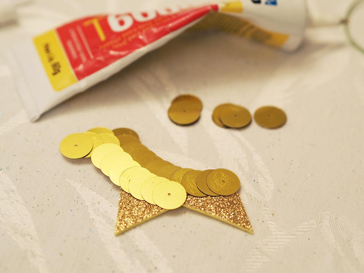 """87e9cba06aed1 ... e diferente, eu colei paetês dourados na """"estrela"""" que ficaria no meio  e depois cortei as sobras com estilete – tem que esperar secar bem para os  ..."""